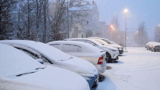 """Zimna masa powietrza sprowadzi intensywny śnieg. """"Dodatkowym zagrożeniem będą zawieje"""""""