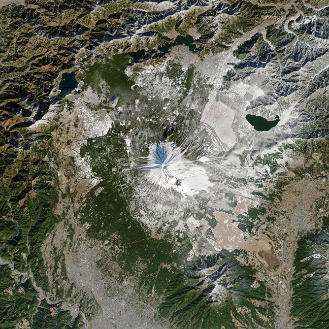 Pokrywa śnieżna na górze Fudżi 29 grudnia 2013 (NASA Earth Observatory)